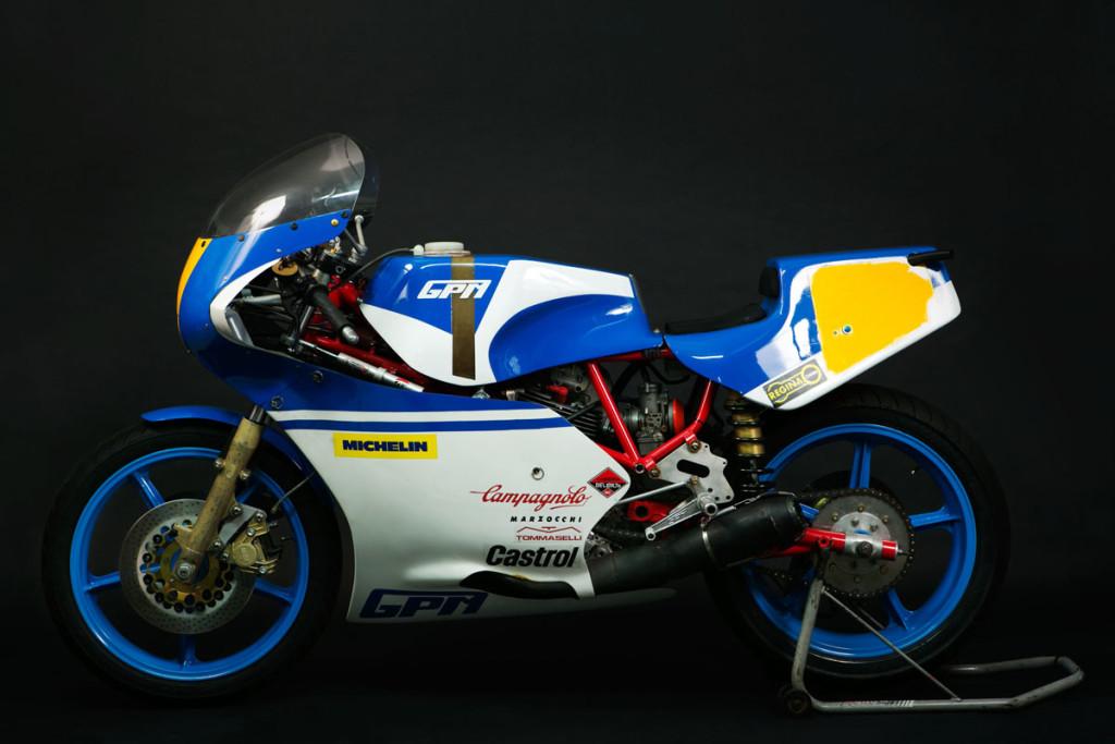 Questa è una Ducati GPM, costruita nel 1983, è una moto originale, dato che è stata visionata dal preparatore Giannesin in fase di restauro. Come tutte le mie moto, da me sistemate, e ricondizionate. E' un conservato molto bello e raro.