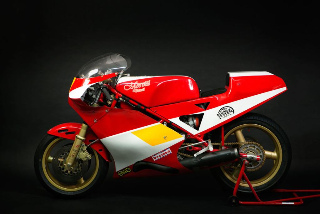 Questa è una Ducati Moretti TT2, è una moto costruita dal Telaista Livornese Domenico Moretti, è un originale del 1983, questa moto non ha un palmares di gare, ma è una delle 5  o   6 moto costruite in quegli anni, la suddetta moto ha il blocco motore interamente fatto dalle officine NCR, come era abitudine di Moretti di fare.  E' un esemplare originale e conservato.