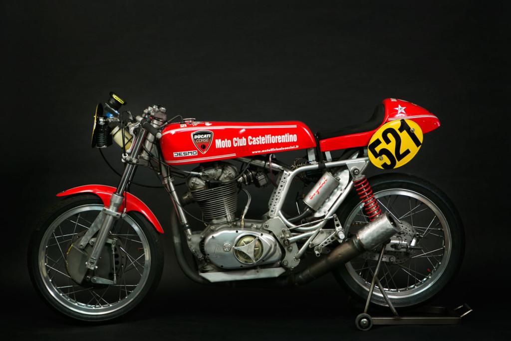 Questa è la mia moto da corsa Ducati Desmo 500  -  1968. Con questa moto io ho vinto 5 campionati italiani Velocità in salita Gruppo 5.Ci vorrebbero 10 pagine per dire cosa è stato fatto, dal cambio ravvicinato , alle valvole maggiorate, con asse a cam racing, con albero motore ricavato dal pieno, biella in titanio, e molto altro. La moto ha un telaio moretti, e pesa poco piu' di 100 kg.