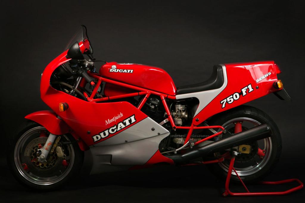 Ducati 750  Montjuich, questa moto è del 1986, è un conservato molto bello, anche questa è una tiratura limitata fatta in 200 esemplari , in edizione della Vittoria di Lucchinelli.