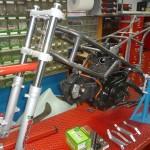 La moto viene assemblata interamente grezza per poi essere smontata e finita con le rifiniture